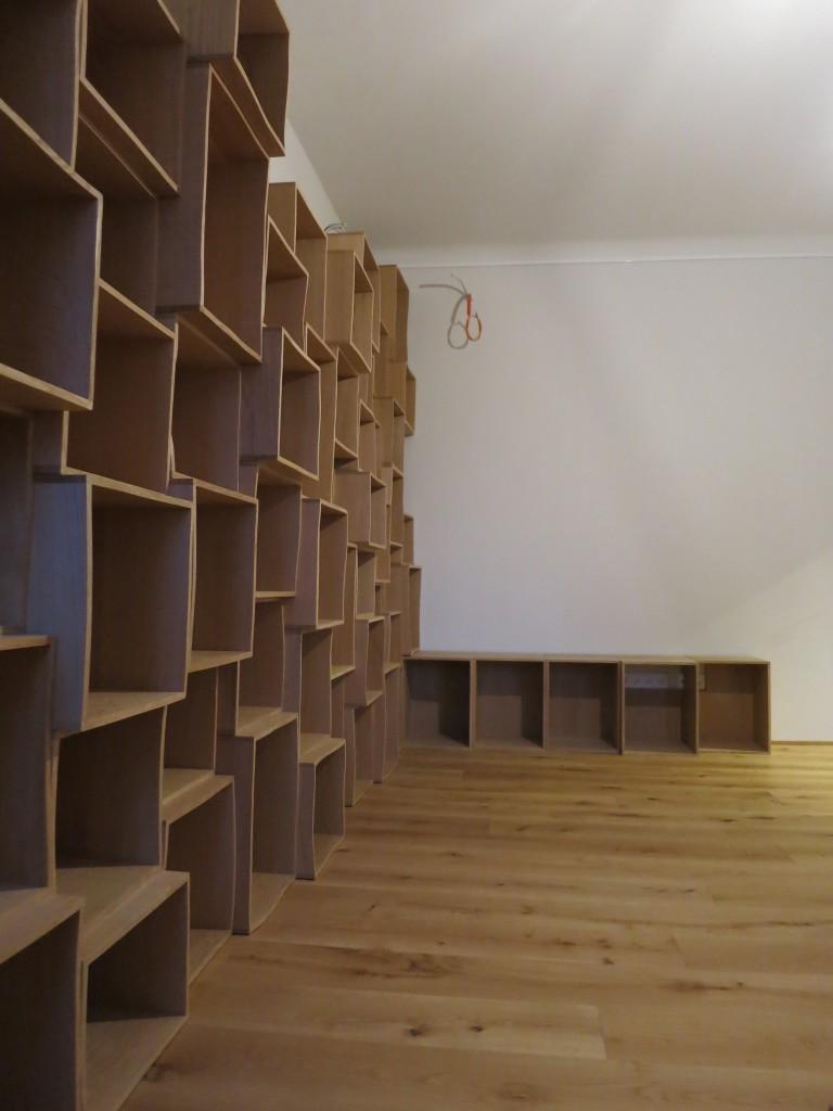 Table, bibliothèque et salon